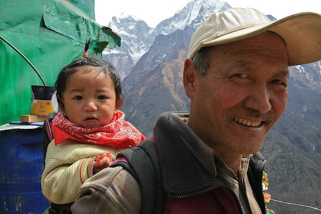 Auf unserem Trek durch die Heimat der Sherpas werfen wir tiefe Einblicke in ihre Lebensweise, ihre Kultur und ihre Gewohnheiten. Wir leben in ihren Häusern, essen mit ihnen und schauen dabei zu, wie liebevoll sie mit ihren Kindern umgehen.
