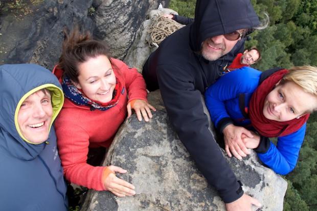 """Urs, Janina, Ronny, Christian und Katrin (v.l.n.r.) auf dem Gipfel der Liliensteinnadel. Als dann noch Karin oben eintraf, war es dann aber auch """"voll""""!"""
