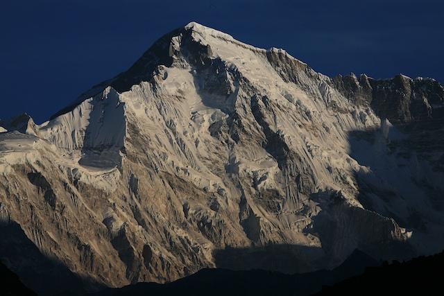 Schon der Gedanke an den sagenhaft klaren Bergblick, der uns jeden Morgen aufs neue erwartet, treibt uns aus den Daunen. Dies hier ist der Cho Oyu von der Gokyo Alm aus, welcher besonders im Morgenlicht besonders beeindruckt.