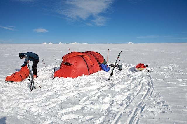 Unser erstes Camp auf dem Plateau des Inlandeises. Auch wenn es auf diesem Bild nicht so aussieht: In 90 Prozent auf dem Eis sahen wir nichts!
