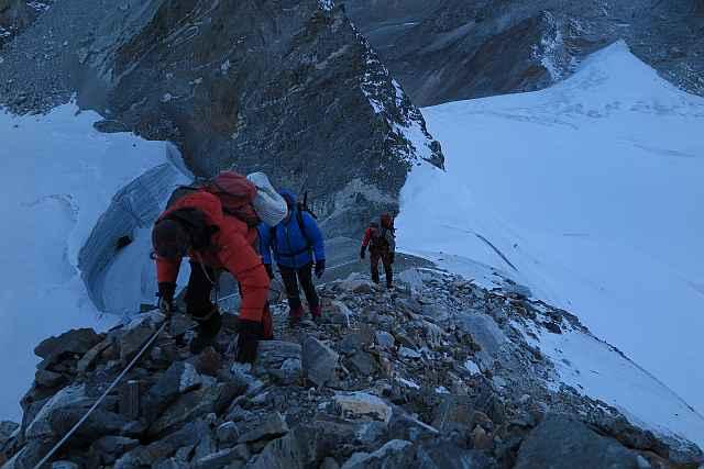 Im ersten Tageslicht auf dem unschweren aber trotzdem hässlichen Felsgrat oberhalb des Cho-La-Col.