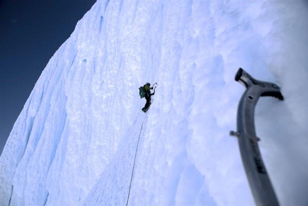 Falk Liebstein im Verstieg in der sonnenabgewandten Seite des Sarmiento. Eislettern am absoluten Limit. Zwischensicherungen sind hier rein kosmetisch!