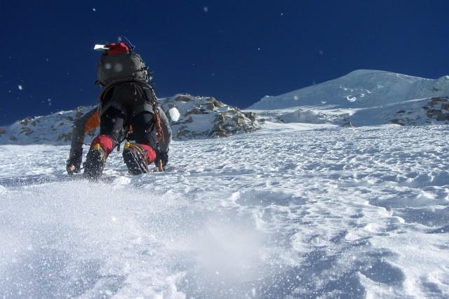 Die große Spalte des Bergschrundes ist überwunden, es geht in die Wand. Wetter und Verhältnisse sind noch perfekt.