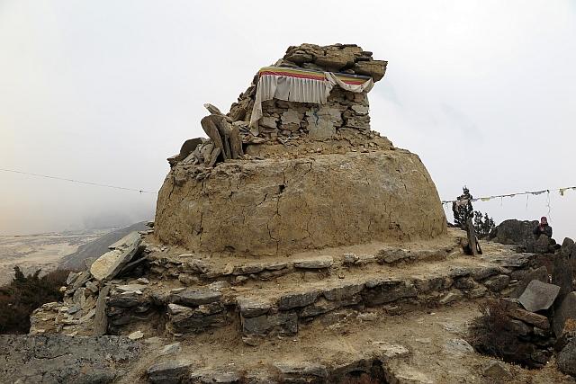 Einige der uralten religiösen Bauten, wie dieser Chorten oberhalb von Thame, liegen noch in Trümmern. Aber auch hier hat der Wiederaufbau begonnen.