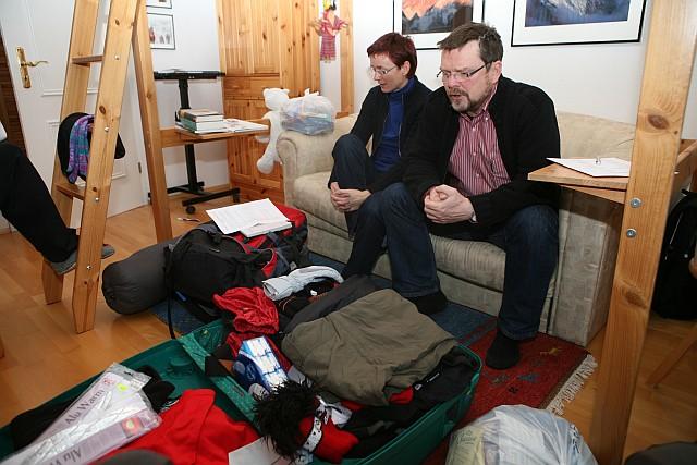 Klaus und Birgit beim Ausrüstungscheck