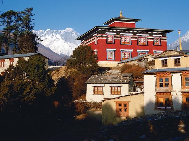 Es ist der Ort schlechthin in Nepal, vielleicht im gesamten Himalaya: Das Kloster in Tengboche. Die Mönche dort oben sind sich einig, daß dies der schönste Ort der Welt sei.