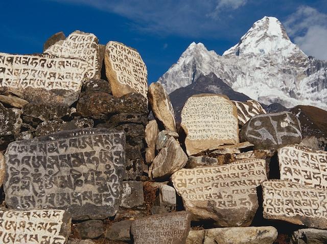 Überall auf unserem Weg stoßen wir auf die Manisteine. Manchmal sind tausende von Ihnen zu Mauern aufgeschichtet. Vergegenständlichte menschliche Arbeit von Jahrhunderten, die von der tiefen Gläubigkeit der Sherpas zeugen.