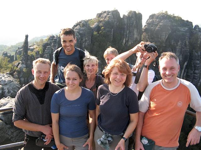 Mein Februarteam für 2010 auf der Schrammsteinaussicht. Von hier aus hatten meine Gäste nach der Stiegentour schon mal einen schönen Blick auf ihr Kletterziel am nächsten Tag.