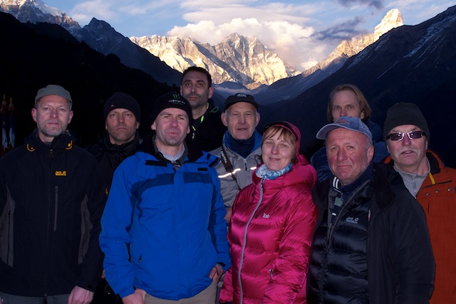 Meine Gäste vor Everest, Lhotse und Nuptse. Also bis hierher sind wir richtige Glückspilze. Bitte Daumendrücken, dass das auch so bleibt.