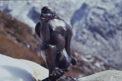 Der Yeti aus einem Yak-Knochen geschnitzt, so wie ihn ein alter Sherpa aus einer Begegnung in Erinnerung hatte.